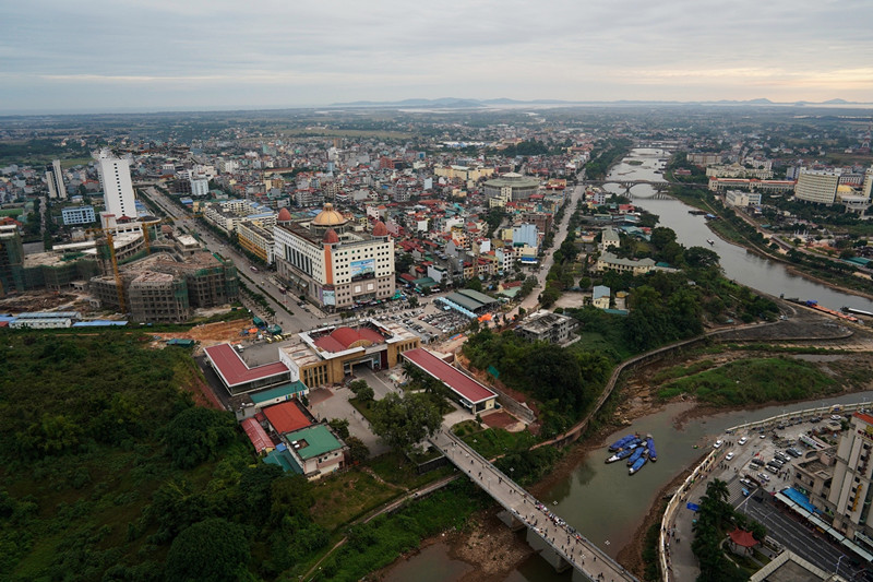 广西有个小城,只要中国游客一出现,越南男人女人都围上来