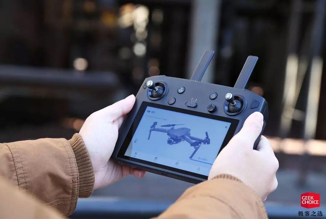 大疆带屏遥控器图赏:这是我见过科技含量最高的遥控器