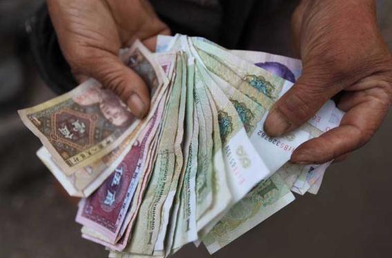 替人兑换零钞也能赚钱?看下岗女工人是如何抓住商机的