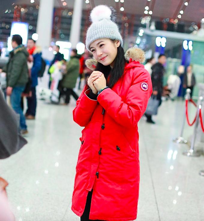 陈妍希机场俏皮作揖拜早年,偶遇蔡琴热情拥抱