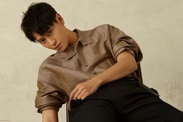 杨紫前男友秦俊杰拍写真,全程北京瘫,焦点却全在少男系鞋子上!