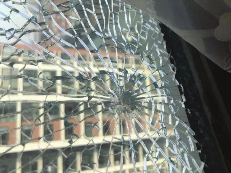 """苏州一小区居民家中阳台玻璃屡遭""""点射""""谁干的??"""