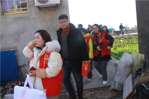 淮安区世纪爱心服务队一百多名志愿者慰问贫困生