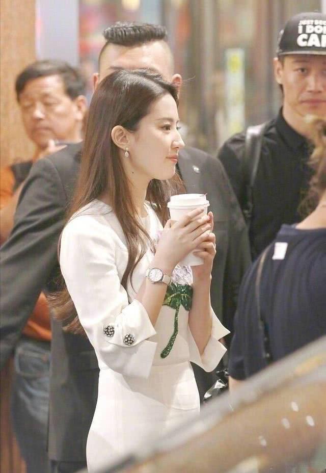女神刘亦菲让人感叹自拍照太丑,别人路拍都比她技术好