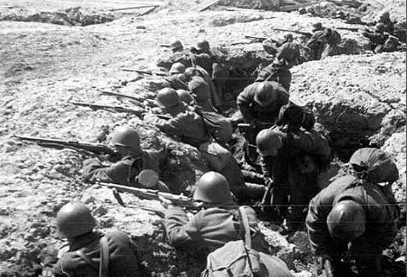 日本裕仁天皇宣布投降,他骑在坦克炮管上指挥作战,结果全军覆没