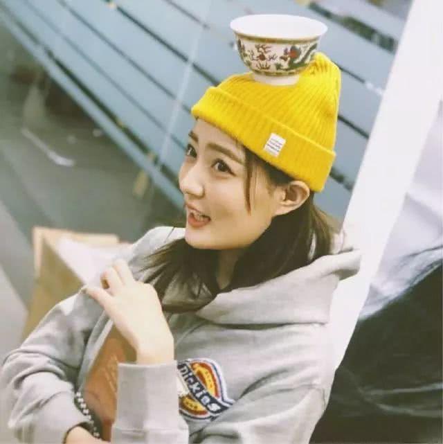 24岁徐璐过生日晒美照,戴小黄帽可爱如少女,衣品好到开挂了!