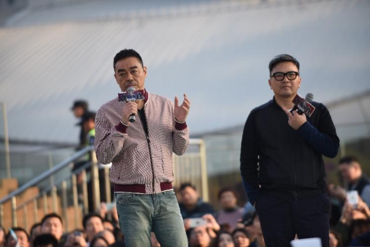 """帅!""""黑马影帝""""刘青云亮相东莞,推广这部反腐大片"""
