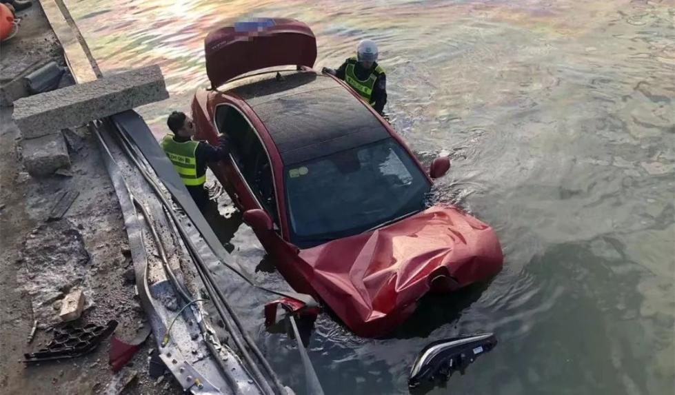 豪车坠海,女司机获救后大喊:孩子还在车里!诡异的一幕发生了_珠海