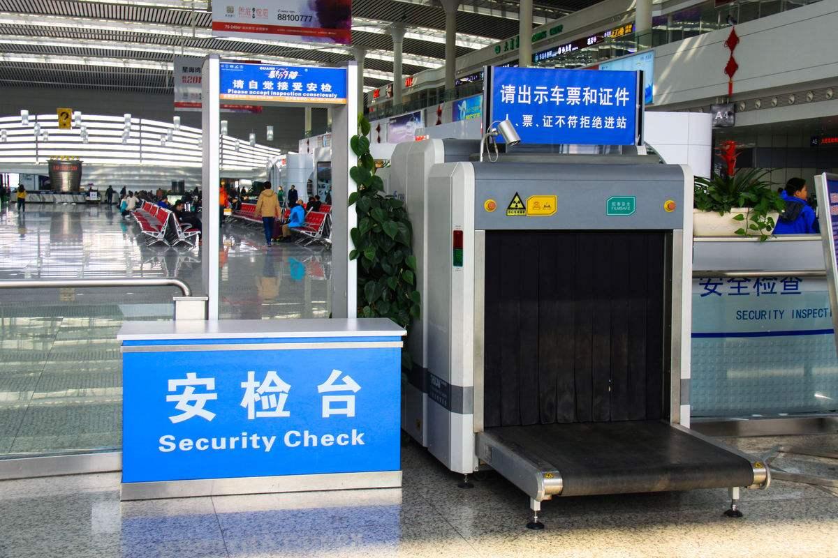 为什么火车站的安检警察还要检查手机?可以拒绝检查吗?长见识了
