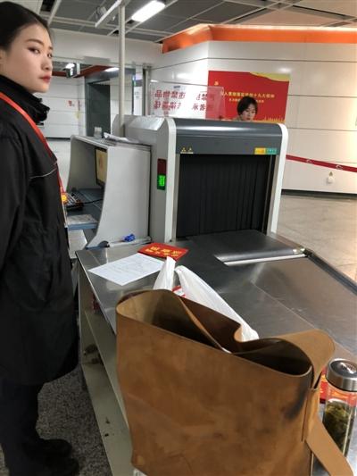 """3000多元的包过安检后成了""""花脸"""" 成都地铁正调查_张女士"""