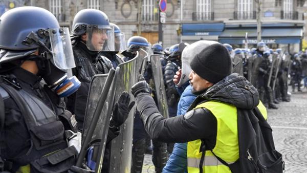 """一个巴黎人眼中的""""黄背心""""作为:马克龙为自大家纠错也是拼了!"""