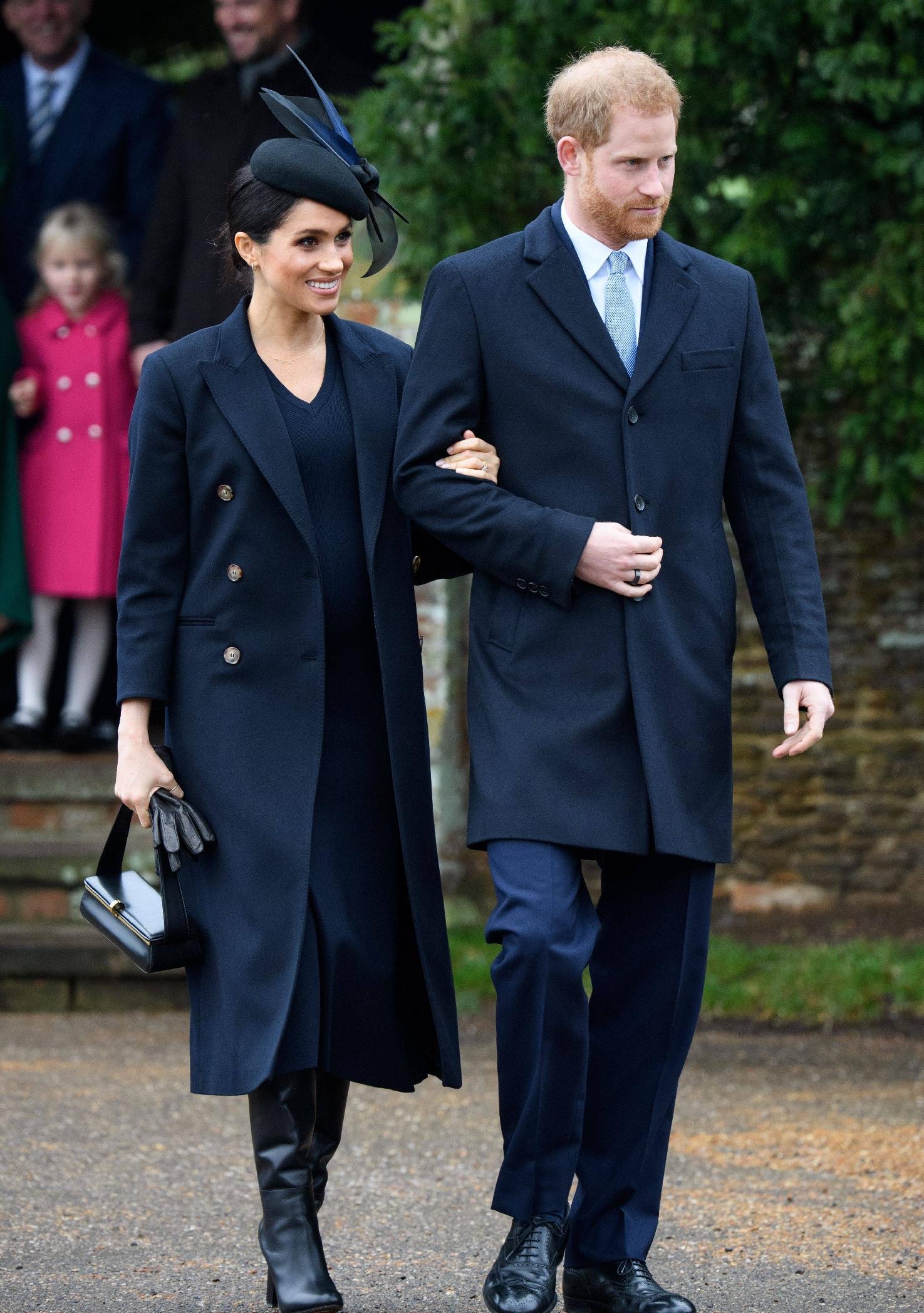 原創             梅根王妃終於換對氣質髮型,首選v領傘裙甜美高級,踩綁帶鞋更美 形象穿搭 第1張