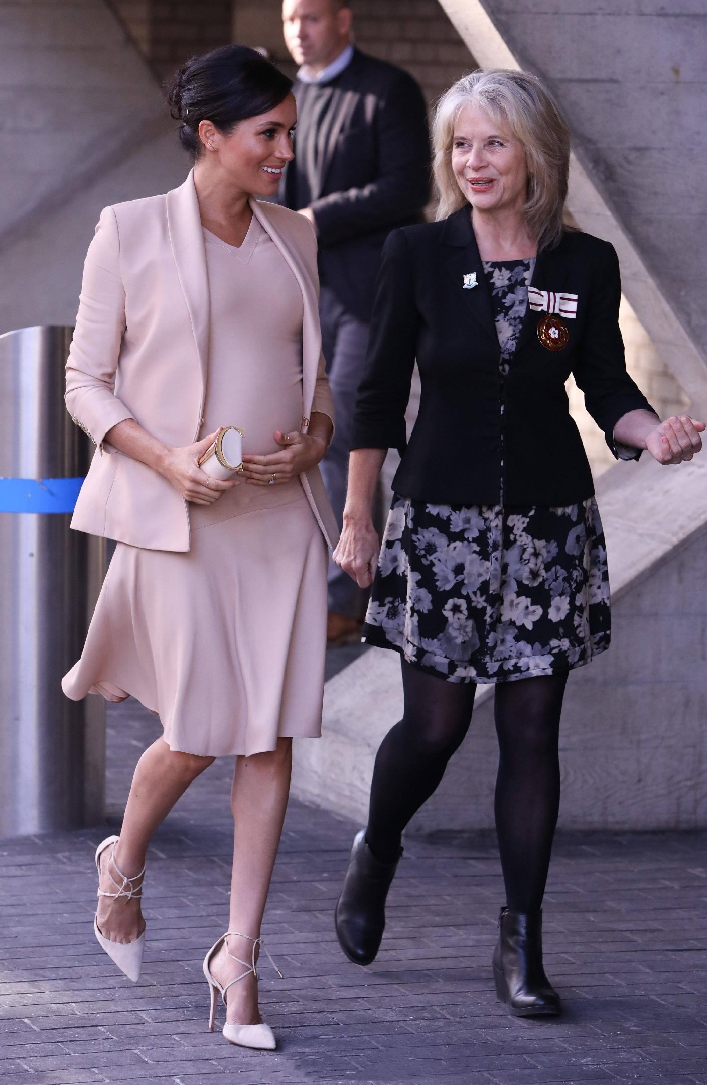原創             梅根王妃終於換對氣質髮型,首選v領傘裙甜美高級,踩綁帶鞋更美 形象穿搭 第5張
