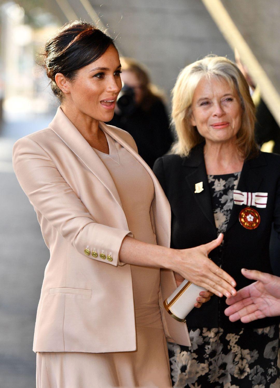 原創             梅根王妃終於換對氣質髮型,首選v領傘裙甜美高級,踩綁帶鞋更美 形象穿搭 第6張