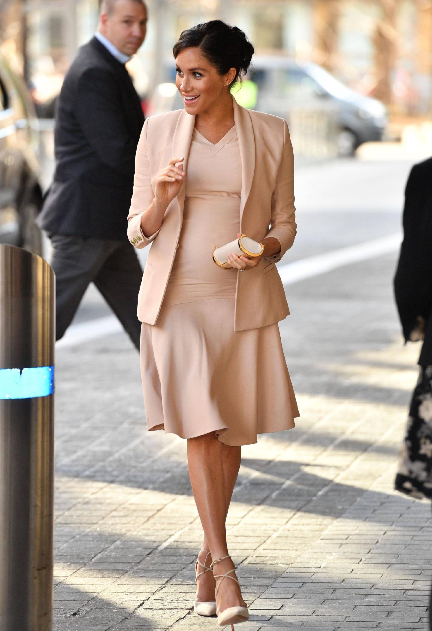 原創             梅根王妃終於換對氣質髮型,首選v領傘裙甜美高級,踩綁帶鞋更美 形象穿搭 第9張