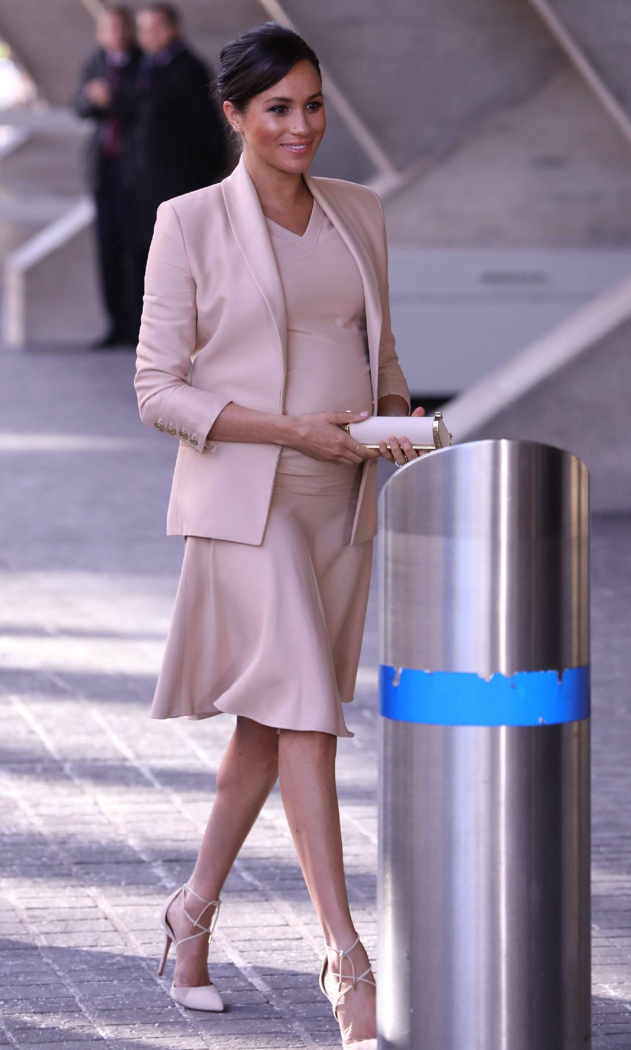 原創             梅根王妃終於換對氣質髮型,首選v領傘裙甜美高級,踩綁帶鞋更美 形象穿搭 第4張