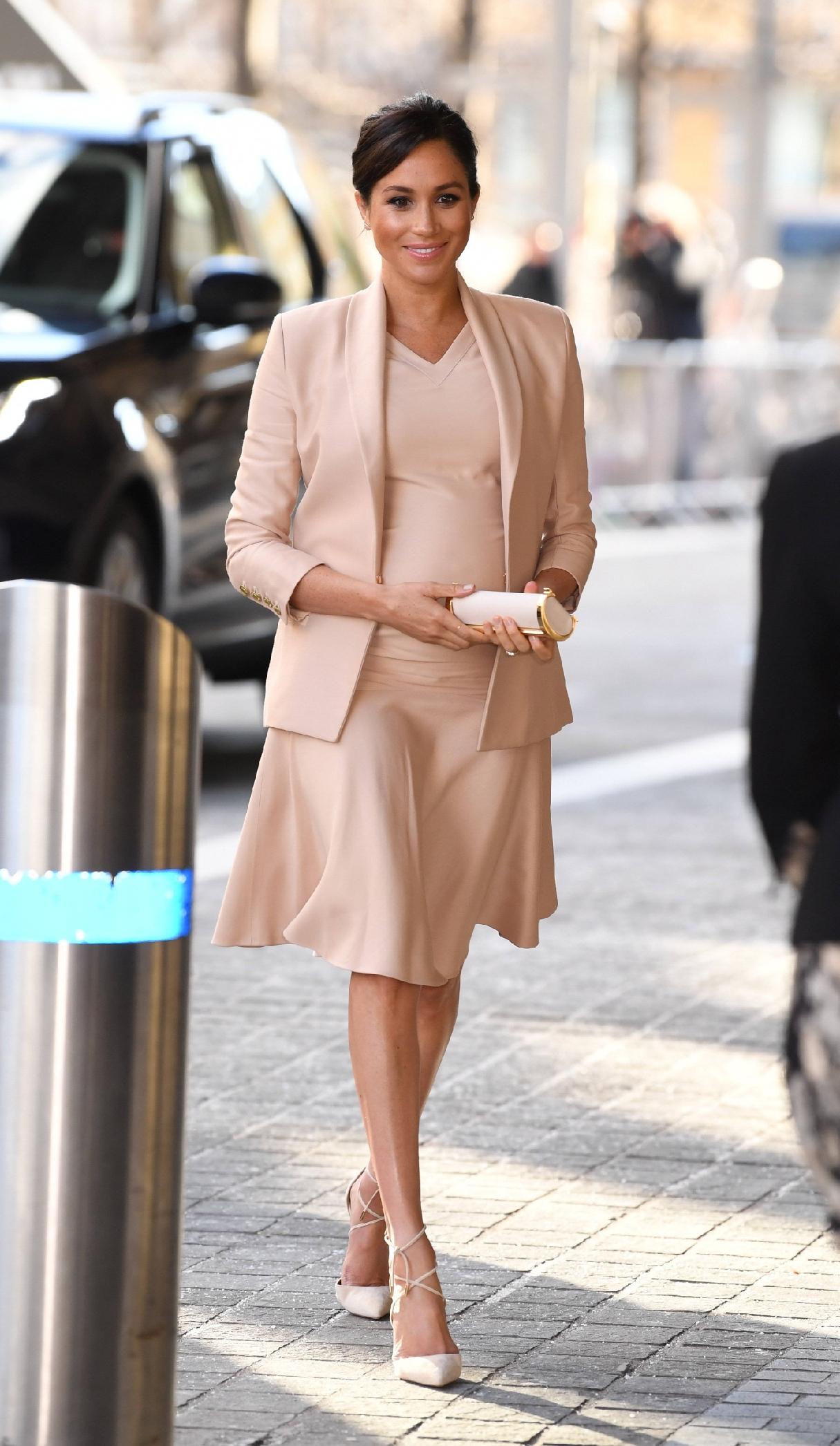 原創             梅根王妃終於換對氣質髮型,首選v領傘裙甜美高級,踩綁帶鞋更美 形象穿搭 第8張