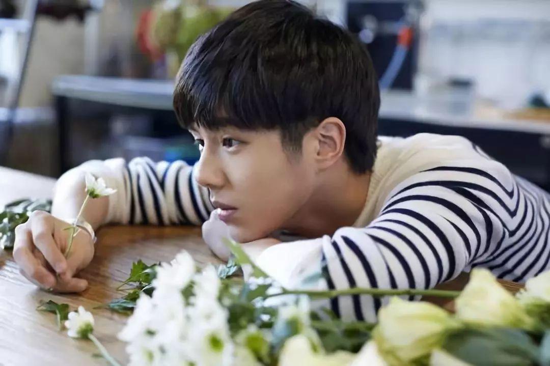 刘昊然与美女亲密照曝光,都捏脸喂食了,但仅仅是同学关系?