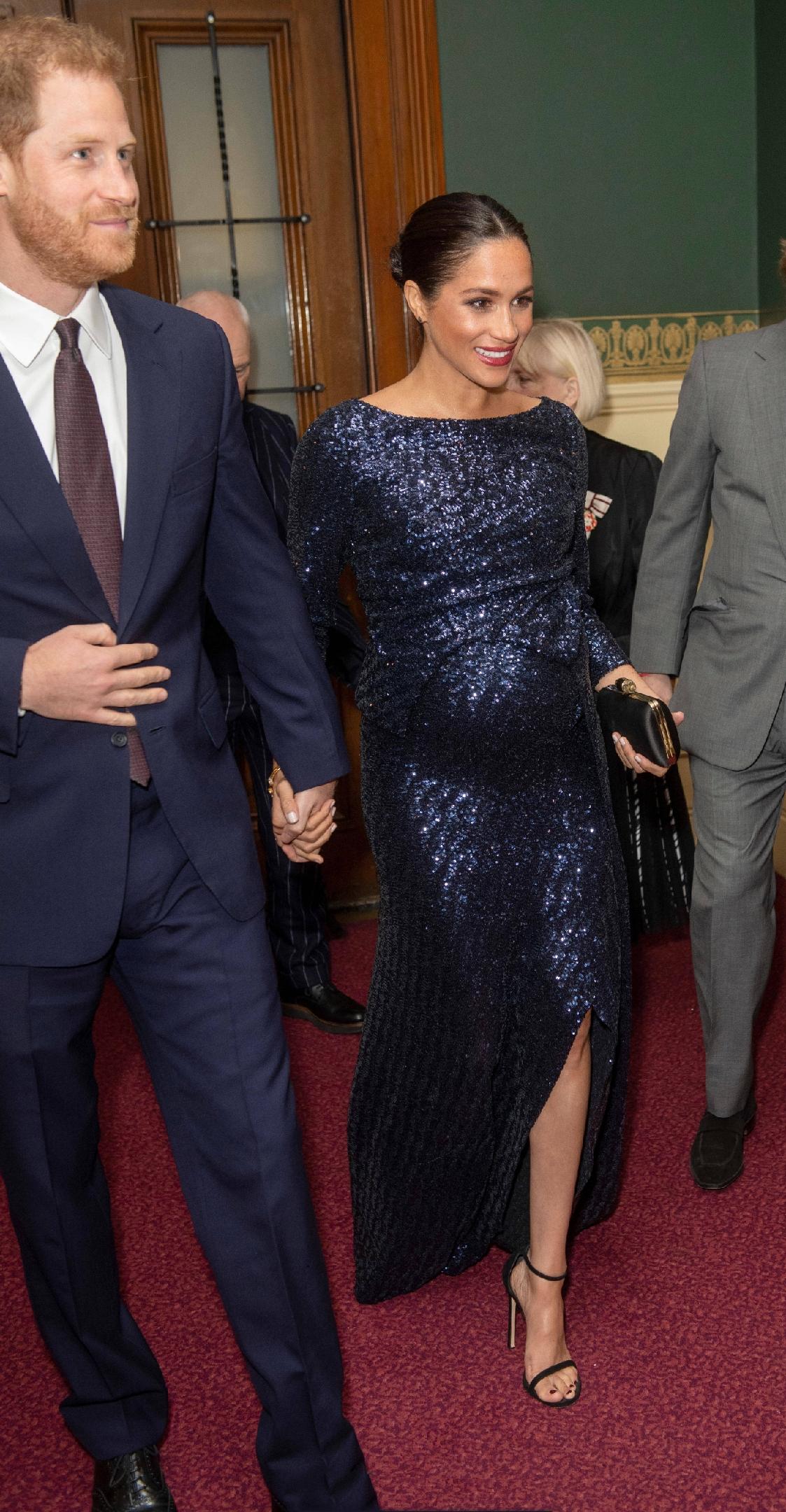原創             梅根王妃終於換對氣質髮型,首選v領傘裙甜美高級,踩綁帶鞋更美 形象穿搭 第3張