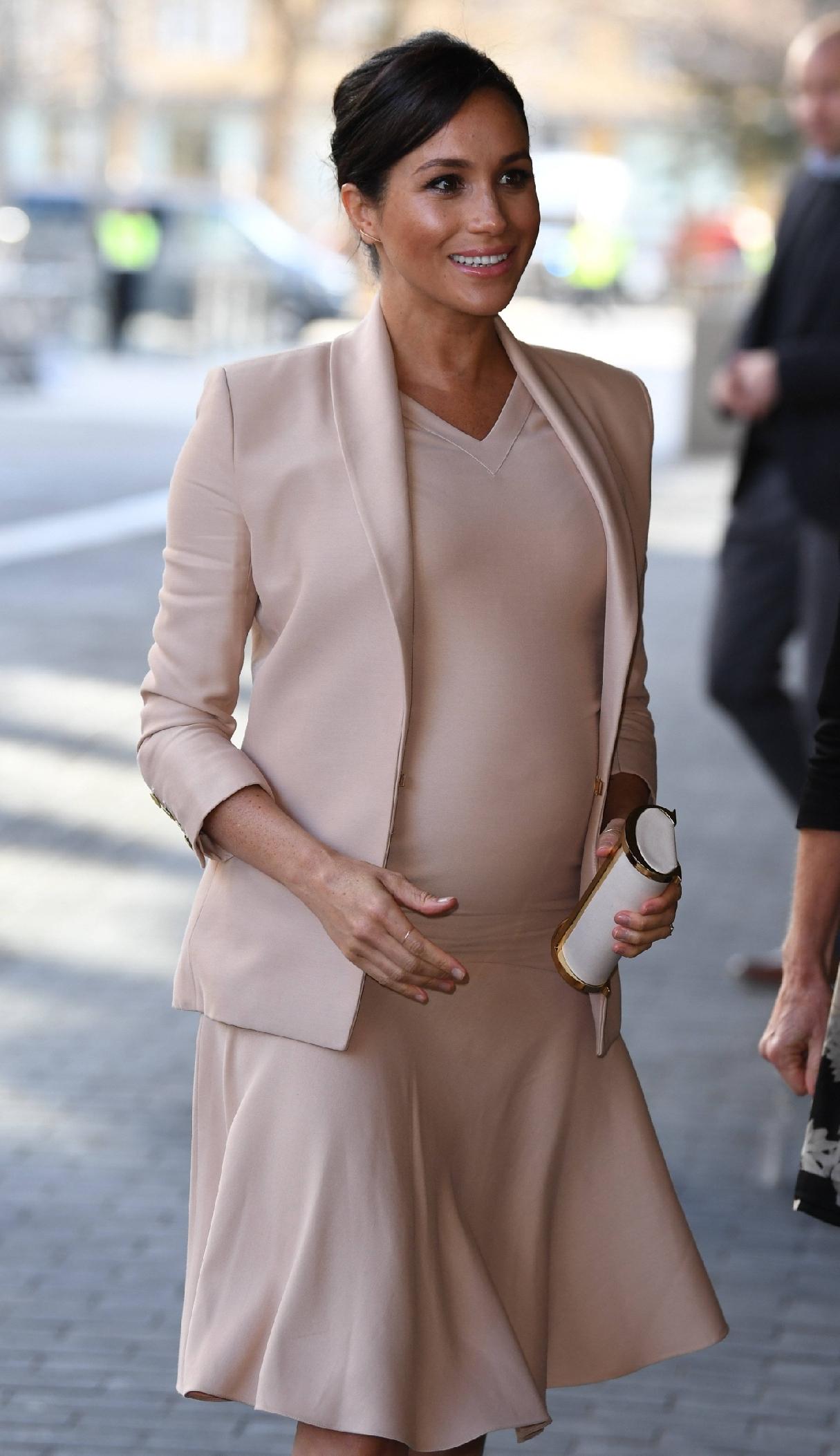 原創             梅根王妃終於換對氣質髮型,首選v領傘裙甜美高級,踩綁帶鞋更美 形象穿搭 第11張