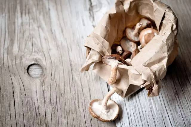 丝袜�y��y�$_将洋葱套在丝袜里,放在干爽通风的地方,保鲜期可以长达8个月.