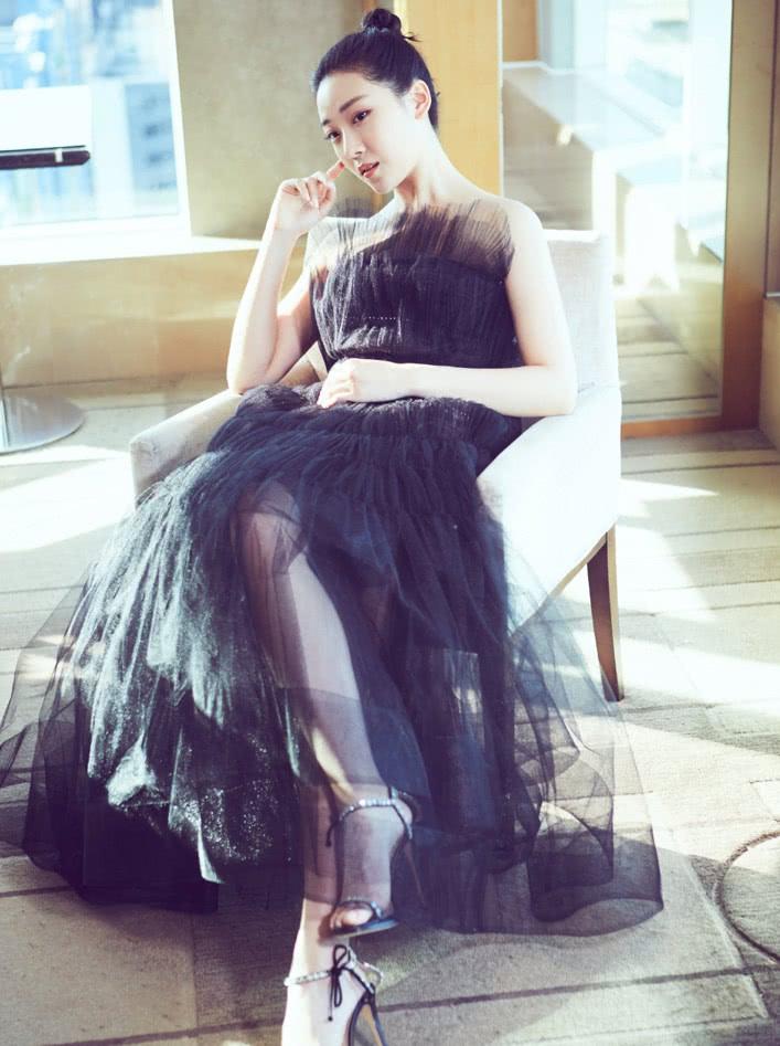 菅纫姿一袭黑裙亮相,许久不见依旧优秀,这一见着实惊艳到我了!
