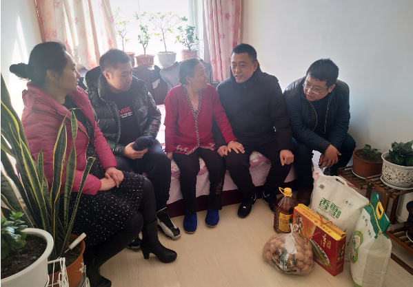 中国石油东北销售抚顺分公司携手时丕军爱心团节前走访慰问困难家庭