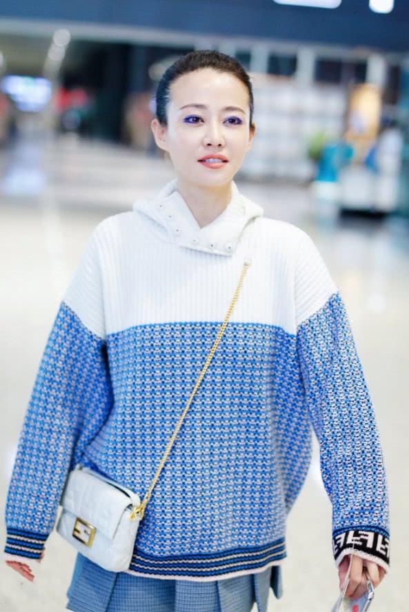 """""""高贵妃""""谭卓现身机场,被她的妆容深深吸引,蓝色眼影亮了!"""