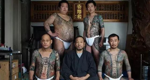 日本的黑社会都开始靠卖脸色包赚钱了…