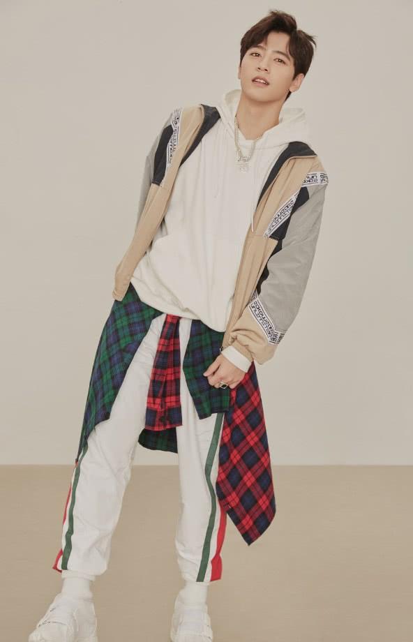 李宗霖拍攝時尚寫真,一身清爽運動裝陽光帥氣,顏值杠杠的! 形象穿搭 第3張