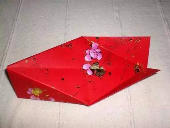 依同样方法,用另外6个红包封制作灯笼的下半部.