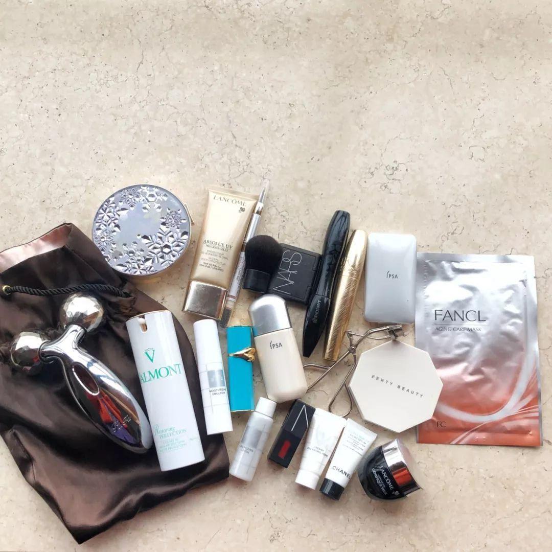 突擊檢查 | 編輯部化妝包大公開,新年出行這樣帶就夠了!