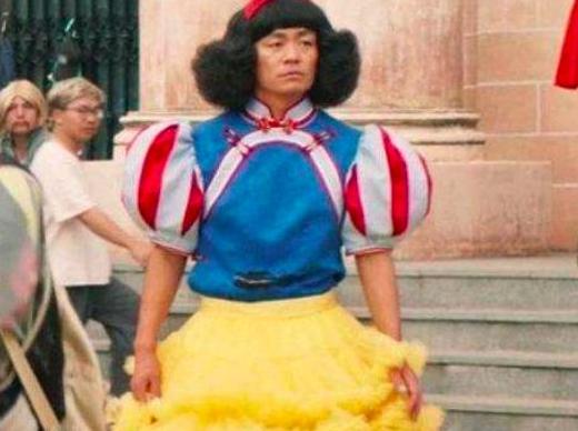 王宝强为新戏穿公主裙,新人演员为剧变表情包,配角演员相当拼!