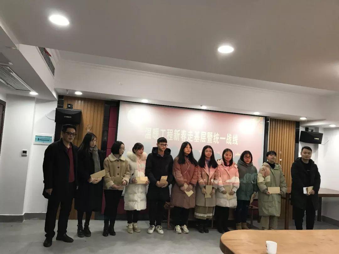 座谈会上,湖南顺天建设集团有限公司经理苏浩仁现场为受助优秀学生