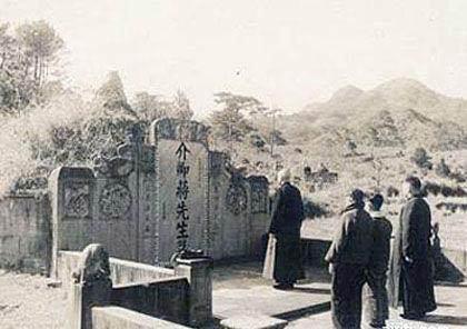 蒋介石不愿逃离大陆,曾长跪祖坟前放声痛哭