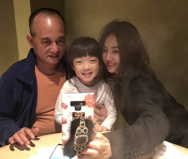蔡依林晒与家人合照,蔡爸爸罕见出镜,团聚气氛十分温馨