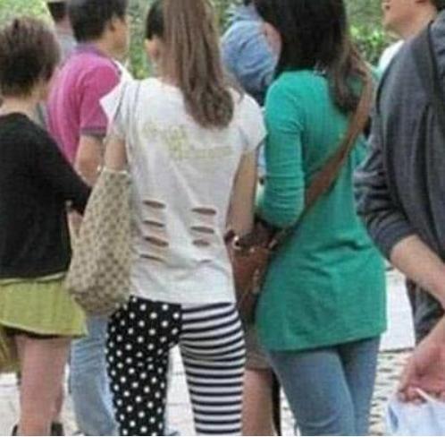 搞笑GIF:撞色的上衣还行,裤子太潮欣赏不了