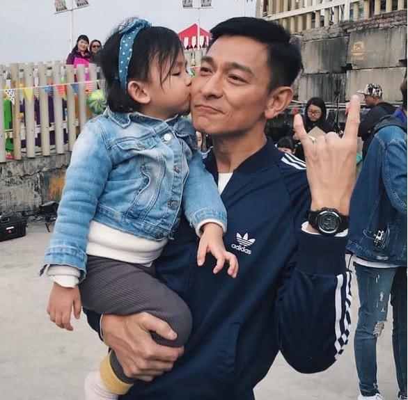 刘德华现身街头与粉丝过年,抱起小女孩的他被索要亲吻 作者: 来源:素素娱乐