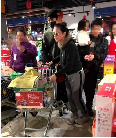 陈红回老家带儿子逛超市买年货,打扮低调无人识