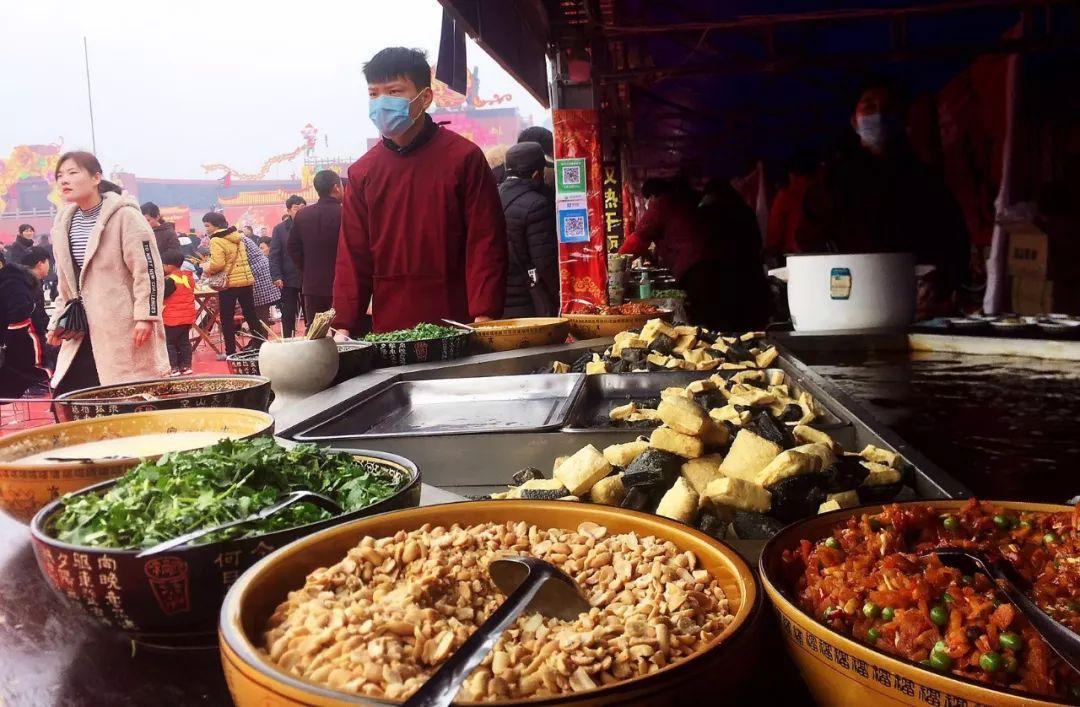 位于扬州影视城前特色,美食大年一条街格外引人注意,虽然今天是全国广场美食焦作的.图片
