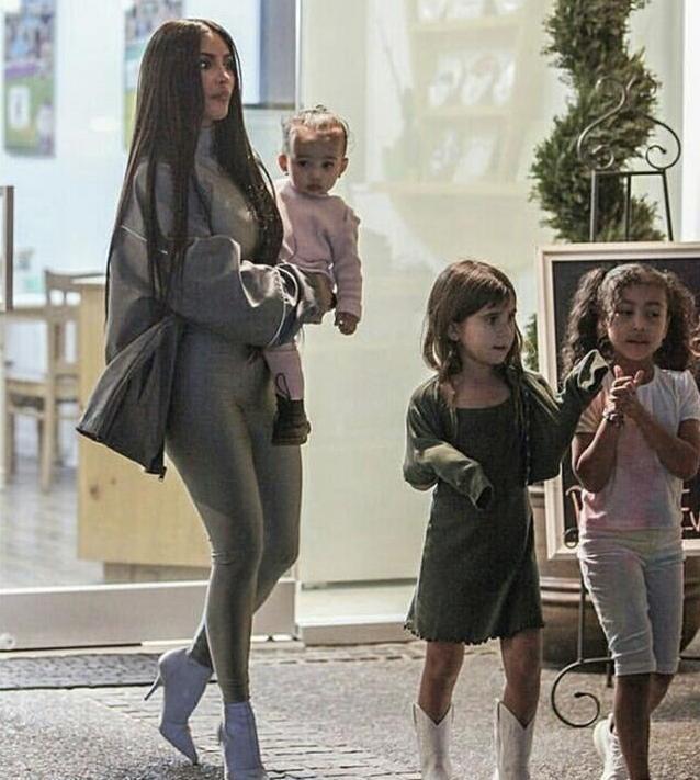 金卡戴珊帶娃出街,依舊是「卡戴珊式風格」,但卻被小女兒搶鏡! 形象穿搭 第5張