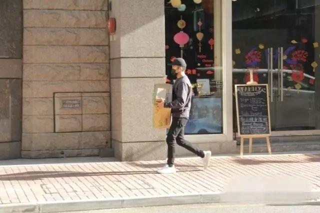 刘恺威返港一个人置办年货,被问与杨幂离婚原因,他没说话只摆手_边则