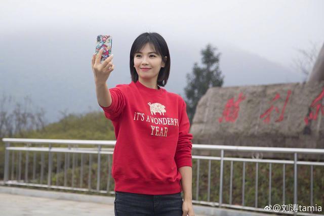 刘涛现身农贸市场,撸起袖子买年货,网友:真受不了她拿东西的方式_口袋