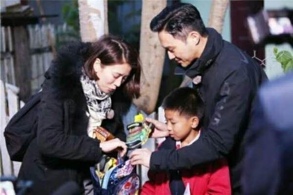 老师怀疑学生家庭有问题,要求去家访,见后发现全家都是当红明星