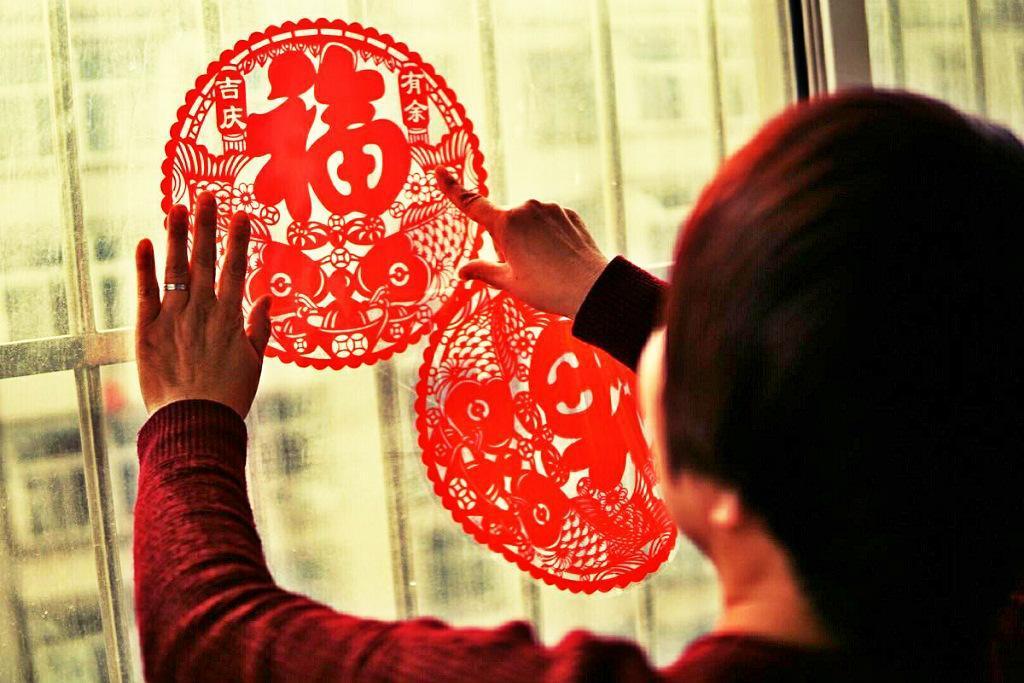 中国春节习俗_春节为什么要发压岁钱,过年挂灯笼与贴窗花的传统习俗寓意_中国