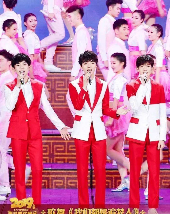 TFBOYS红白拼色西装唱响春晚舞台,易烊千玺戴假发登台帅气依旧(图1)