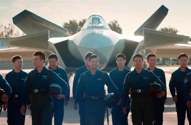 一张照片摆出25亿!3架歼20战机强势出镜,空军拜年别出心裁