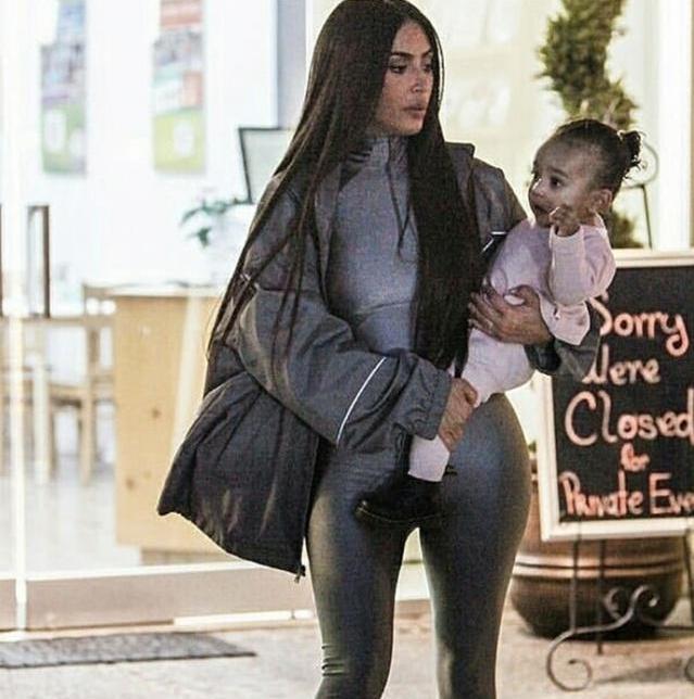 金卡戴珊帶娃出街,依舊是「卡戴珊式風格」,但卻被小女兒搶鏡! 形象穿搭 第3張