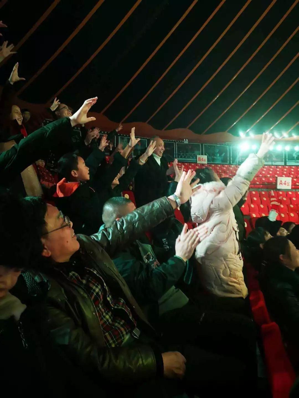 男神团上演川剧变脸秀,王嘉尔变牛魔王萧敬腾变小丑,太逗了!