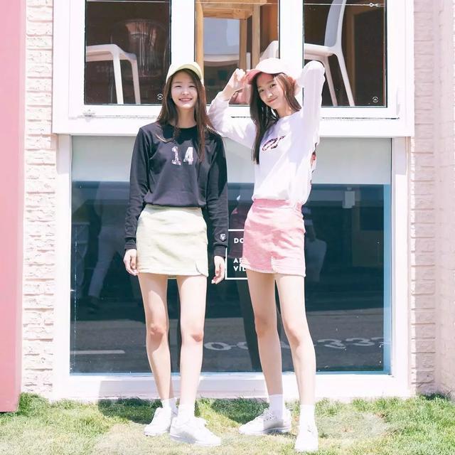韩国00后双胞胎模特爆红ins:腿长2米,征服香奈儿……18岁可真美好